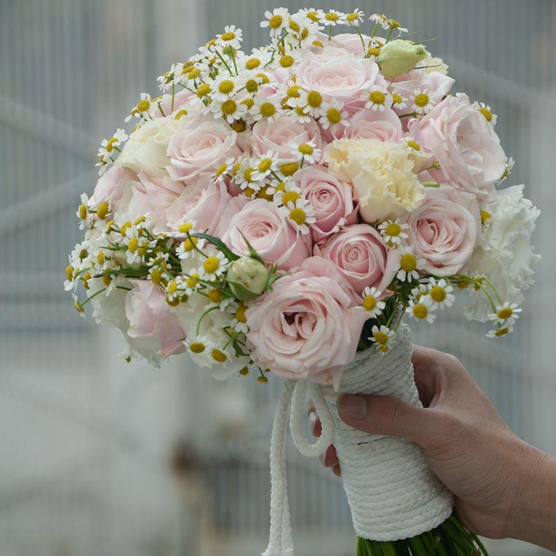 bó hoa cưới cúc tana mix hoa hồng phấn