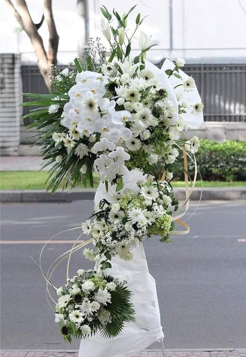 kệ hoa chia buồn cúc trắng 2 tầng