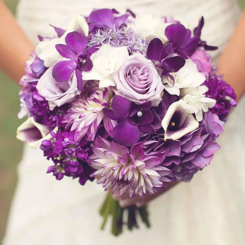 bó hoa cưới cầm tay tím