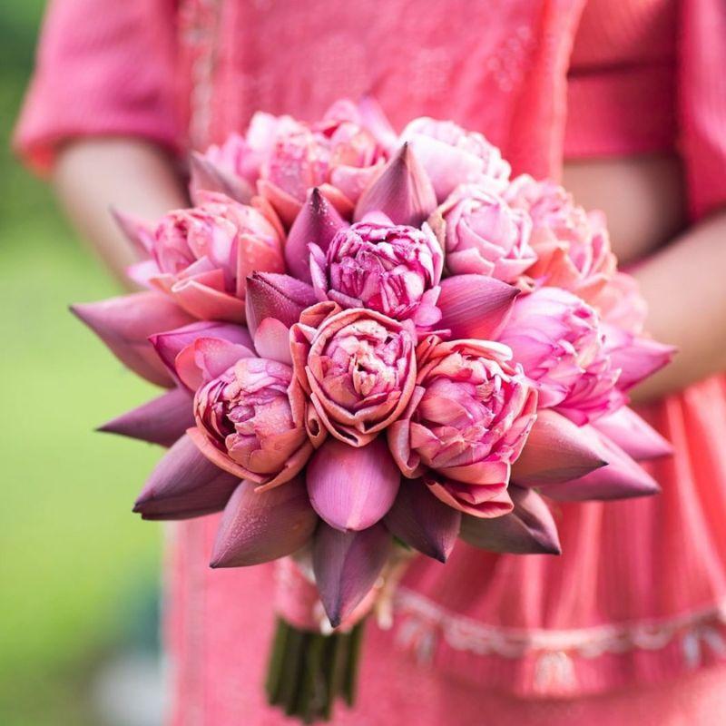 hoa cưới cầm tay sen hồng