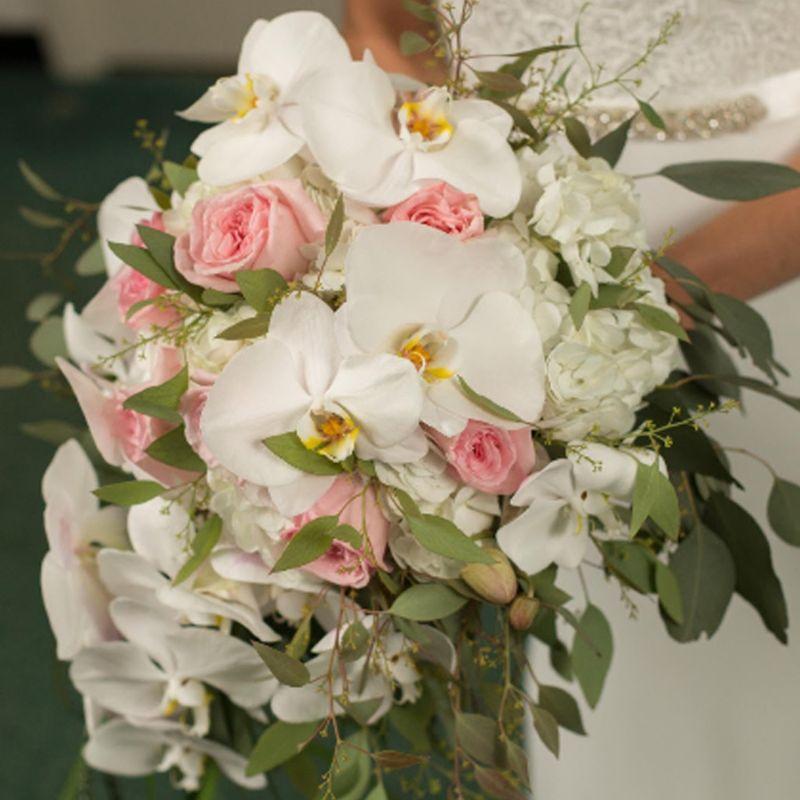 bó hoa cầm tay cô dâu lan hồ điệp