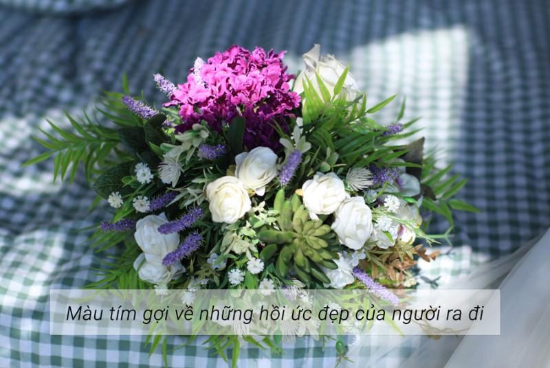 hoa sen trắng kết hợp với nhiều loại hoa khác
