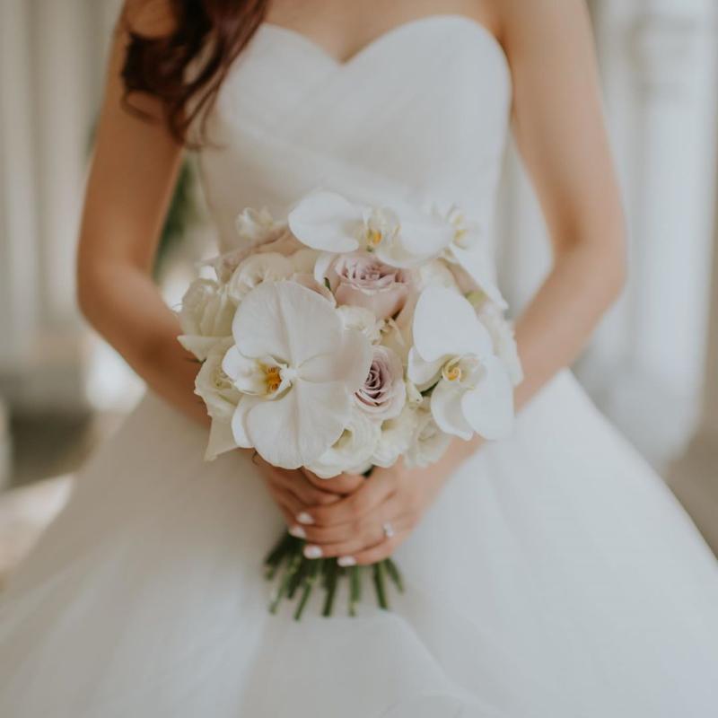 hoa cưới cầm tay dáng Posy kết hợp cùng hoa lan tắng và hoa hồng trắng