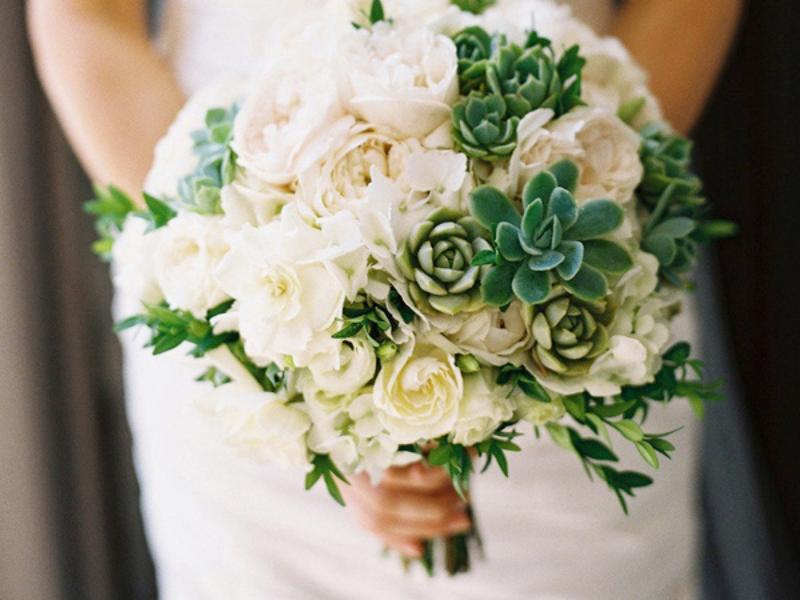 bó hoa cưới cầm tay hoa hồng trắng mix sen đá