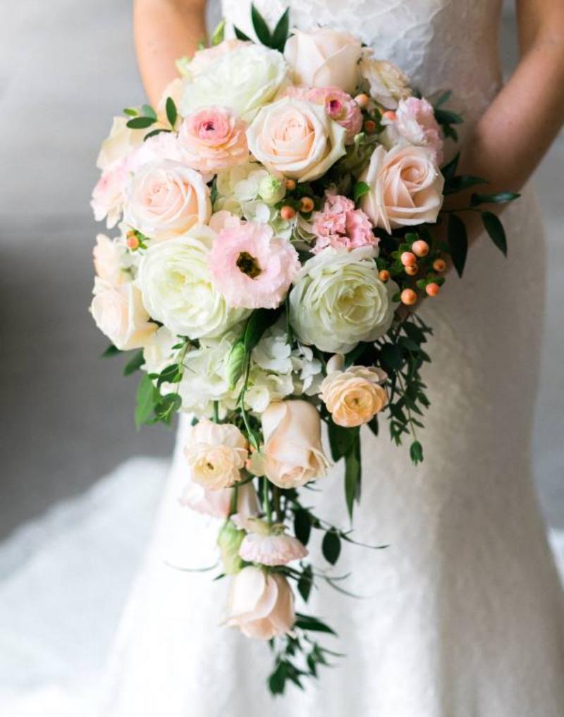 hoa cưới cầm tay dáng dài phối cùng các loài hoa màu pastel