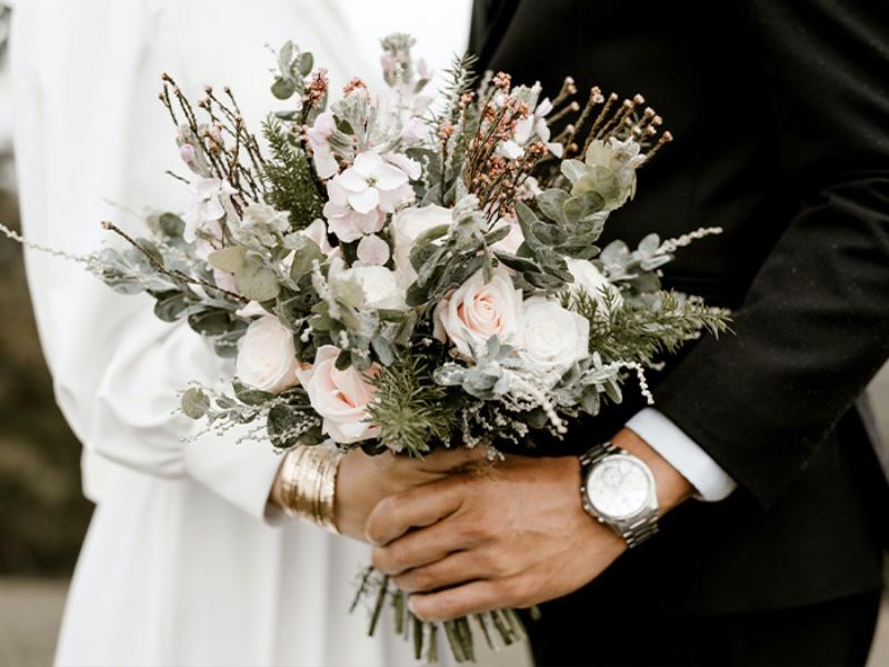 hoa cưới cầm tay cỏ lá gần gũi với thiên nhiên