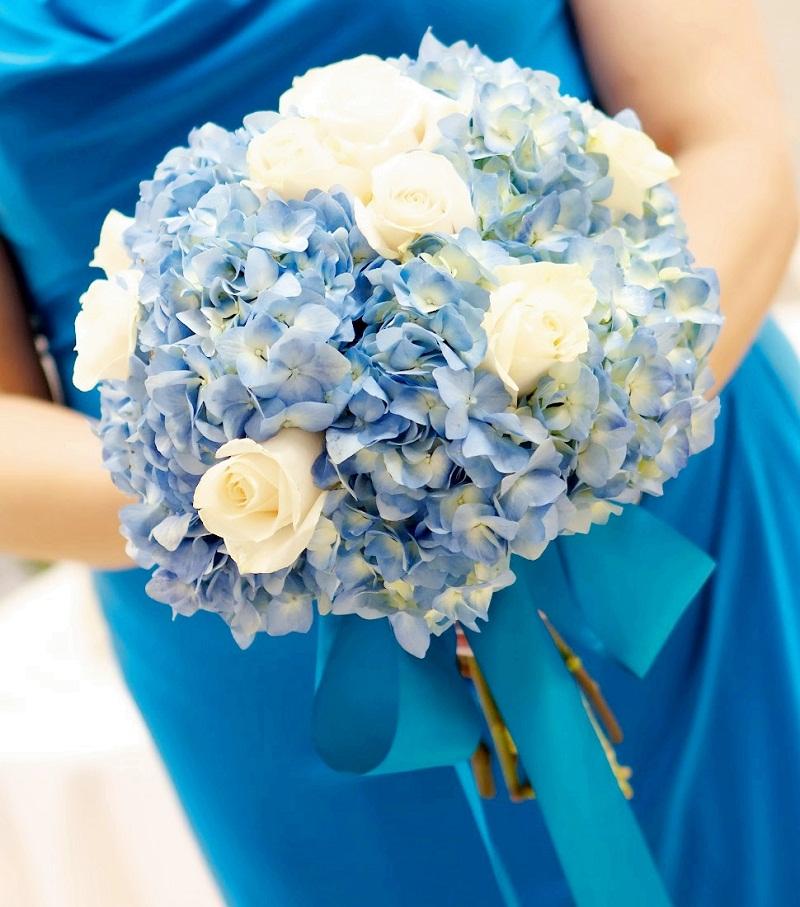 hoa cưới dáng tròn bó cùng hoa cẩm tú càu và hoa hồng trắng