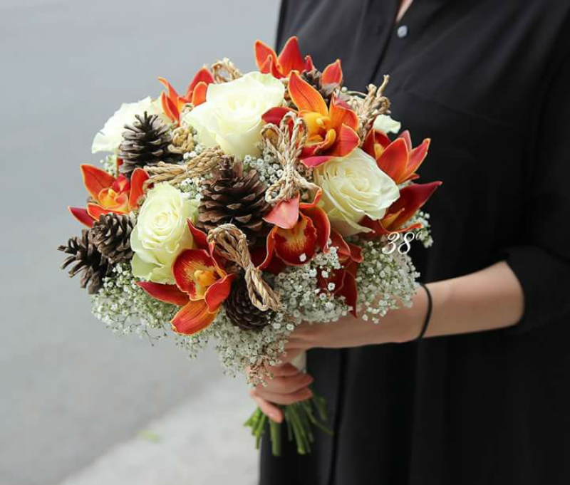 hoa cưới bó tròn kết hợp hông hồng trắng và hoa ly đỏ cam