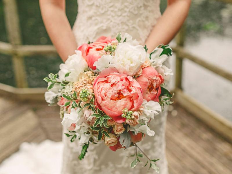 hoa cưới cầm tay kết hợp hoa mẫu đơn cam và hoa hồng độc đáo