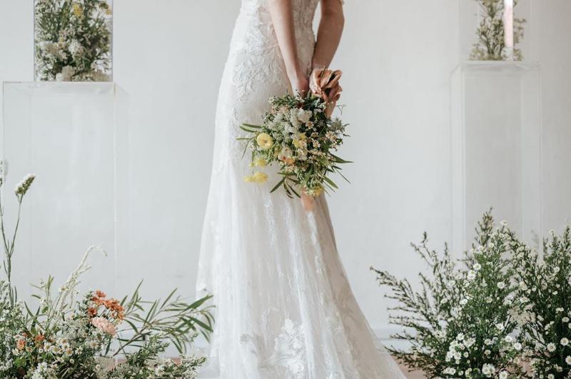 bó hoa cưới làm tôn lên vẻ đẹp của chiếc váy trắng