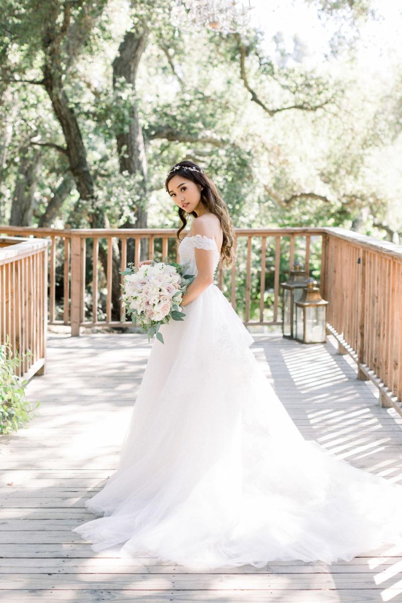 hoa cưới bó tròn trắng tôn lên vẻ đẹp tinh khôi của cô dâu