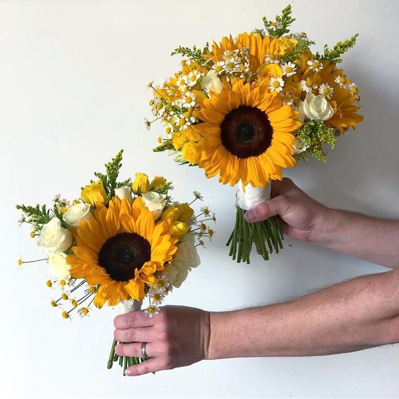 bó hoa cưới càm tay hướng dương vàng rực rỡ
