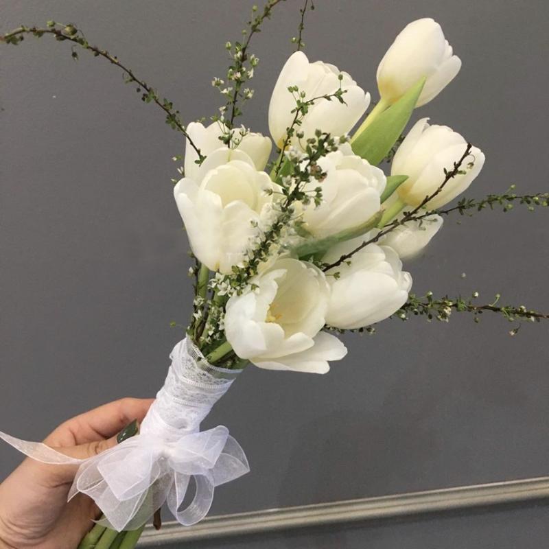 hoa cưới cầm tay kết bằng hoa Tulip trắng