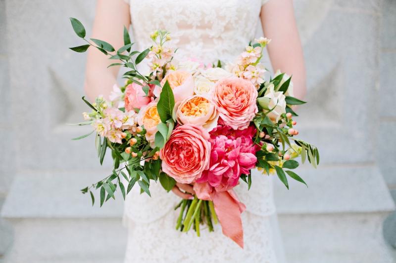 hoa cưới bó tròn phối hoa hồng trắng cùng hoa hồng cam và đỏ