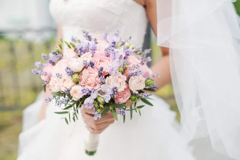 hoa cưới cầm tay hoa hồng với gam tím là điểm nhấn