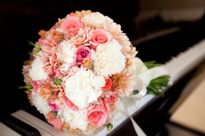 hoa cưới cầm tay hoa cấm chướng mix hoa hồng rực rỡ
