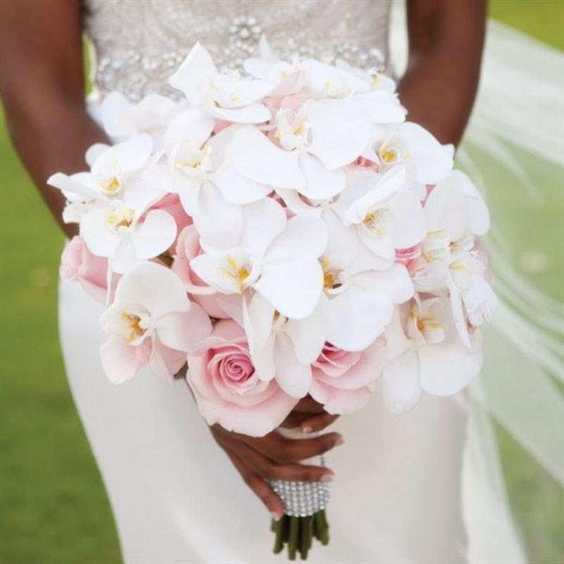 bó hoa cưới hoa lan tôn lên vẻ thanh cao của cô dâu