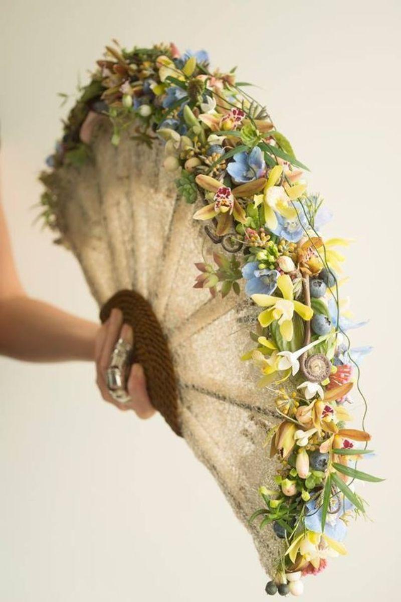 Những bông hoa nhỏ dầy sắc màu trang trí trên viền cánh quạt
