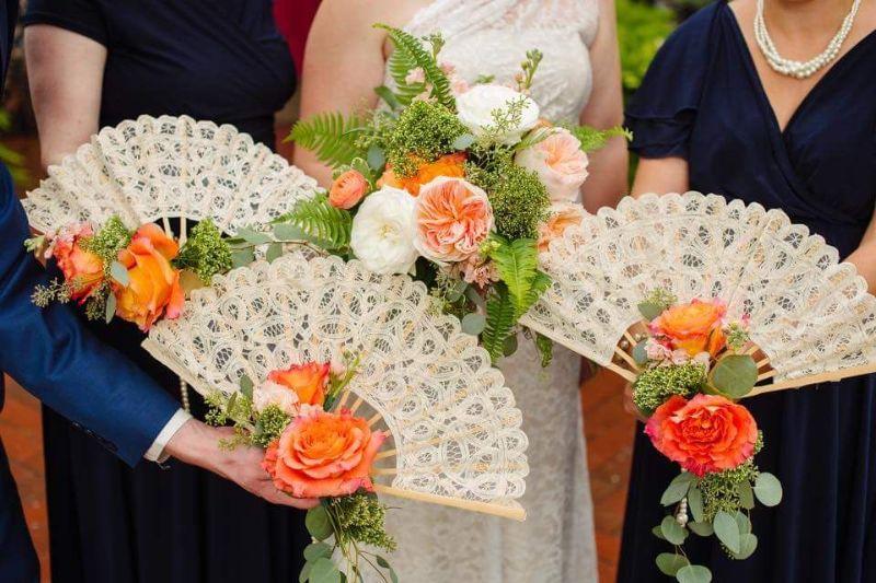 Hoa cưới hình quạt mix hoa hồng cam