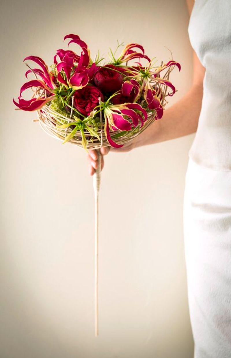 Những bông hoa ly lửa được đặt bên trong dĩa quạt bầu