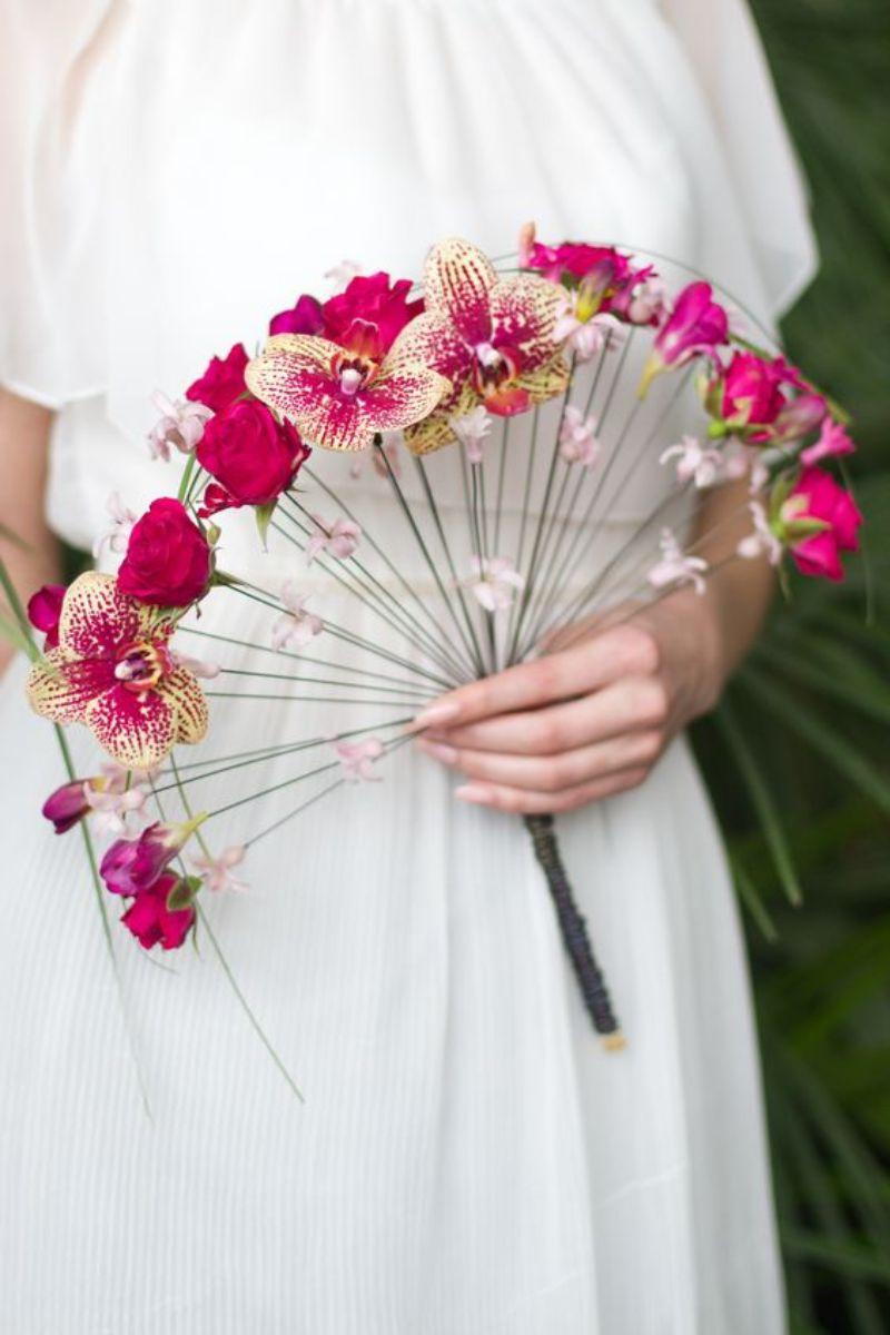Bó hoa cưới hình quạt kết hợp giữa hoa lan hồ điệp với hoa hồng đơn giản
