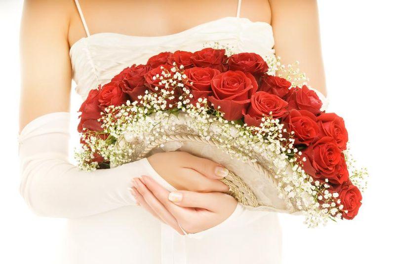 Bó hoa cưới từ hoa hồng đỏ và baby trắng thành hình chiếc quạt
