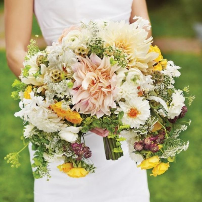 Bó hoa cưới từ hoa tươi được sắp xếp theo vạt