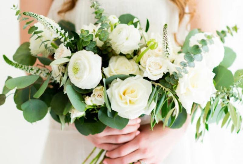 Bó hoa cưới hình quạt được tạo nên từ hoa tươi và màu xanh của những nhành lá xanh