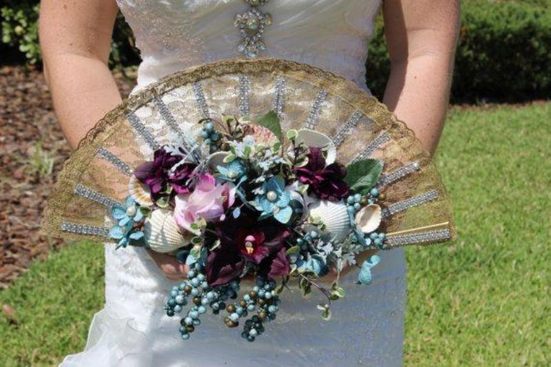 Bó hoa tưới trang trí trên quạt tạo độ xòe cho hoa