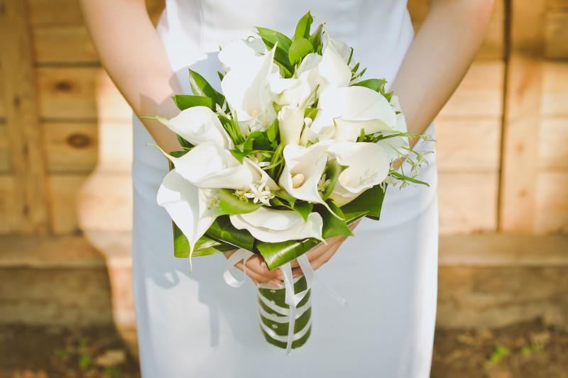 Hoa cưới cô dâu được làm bằng hoa loa kèn
