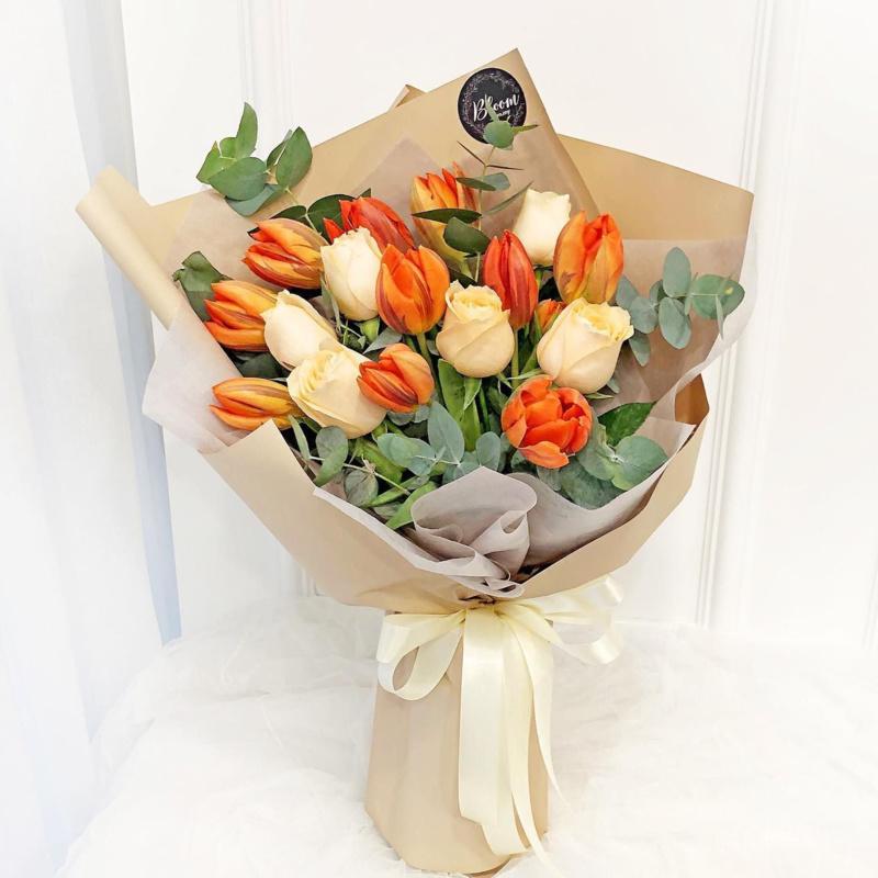 Bó hoa cưới màu cam hoa Tulip cam mix hoa hồng màu kem