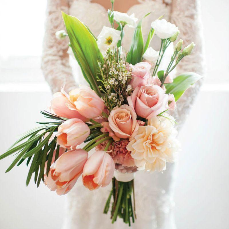 bó hoa cưới tulip mix hoa hồng