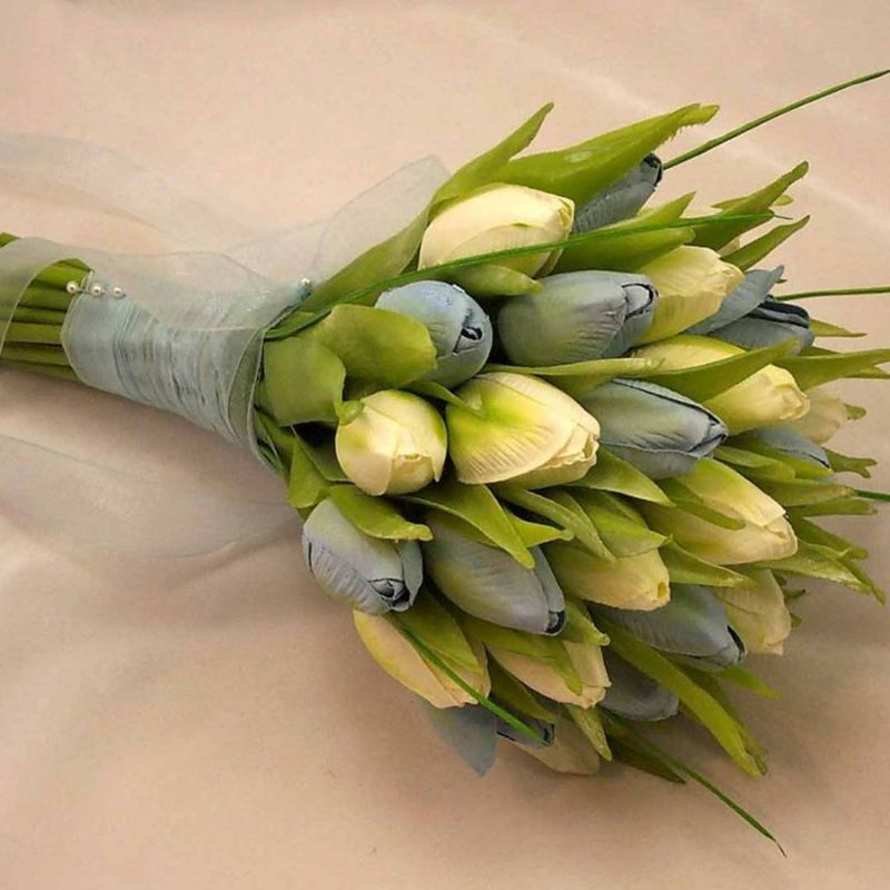 bó hoa tulip cầm tay cô dâu