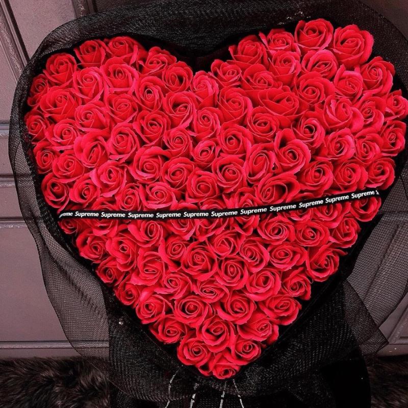 bó hoa hồng đỏ xếp thành hình trái tim