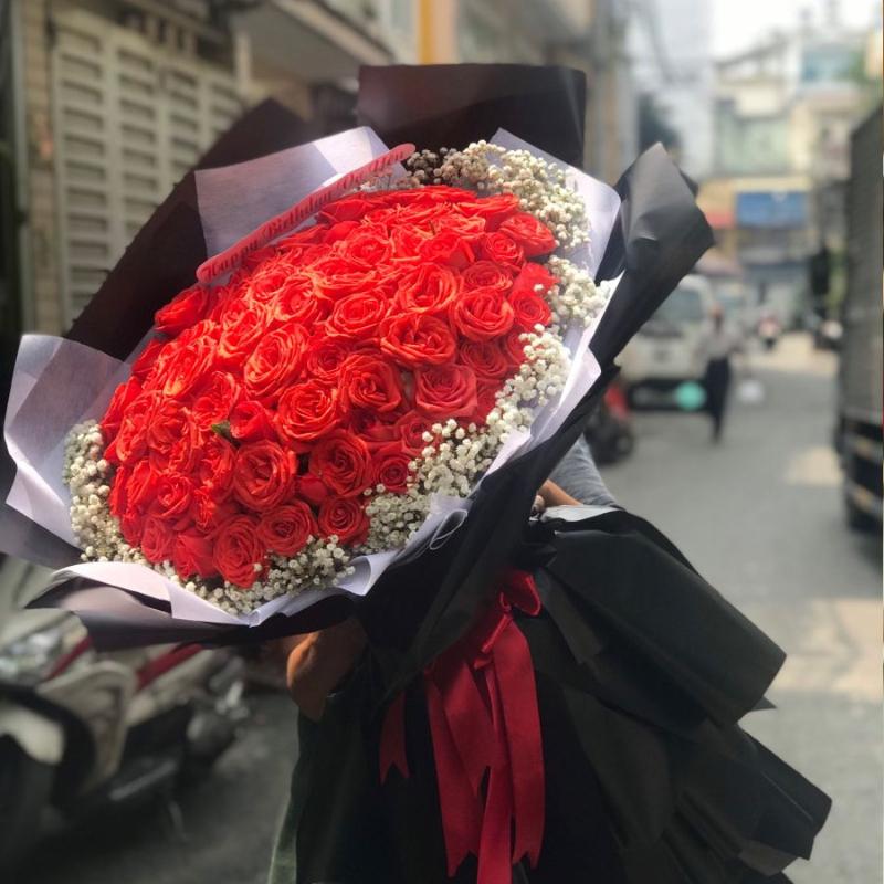 bó hoa hồng đỏ 100 bông mix hoa baby trắng