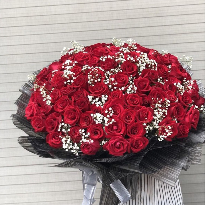 bó hoa hồng đỏ 100 bông điểm xuyết vài hoa baby trắng tinh tế