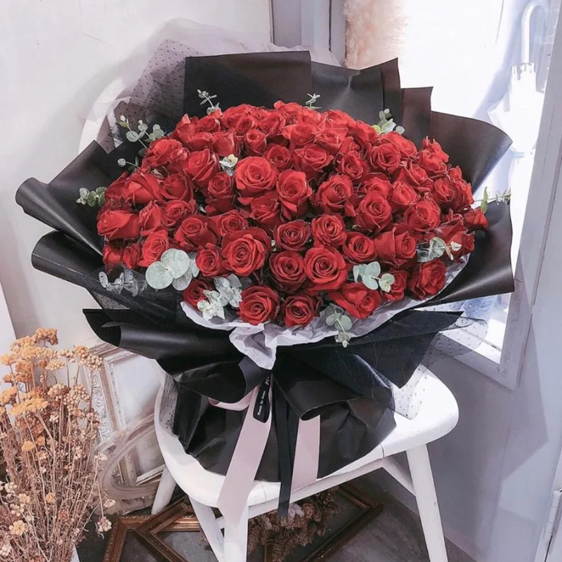 bó hoa hồng đỏ kết hợp cùng giấy gói đen huyền bí