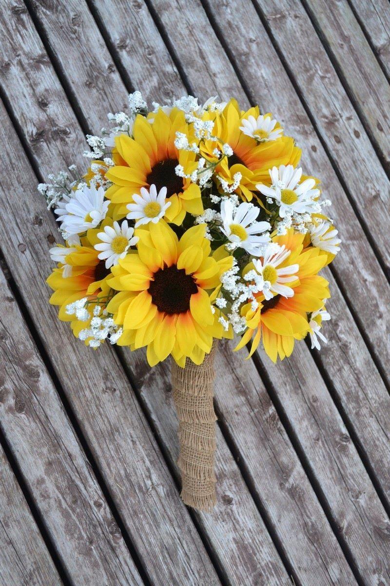 bó hoa hướng dương cầm tay cô dâu màu vàng