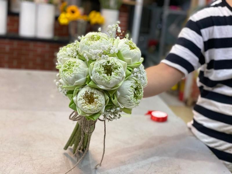bó hoa sen màu xanh nhạt