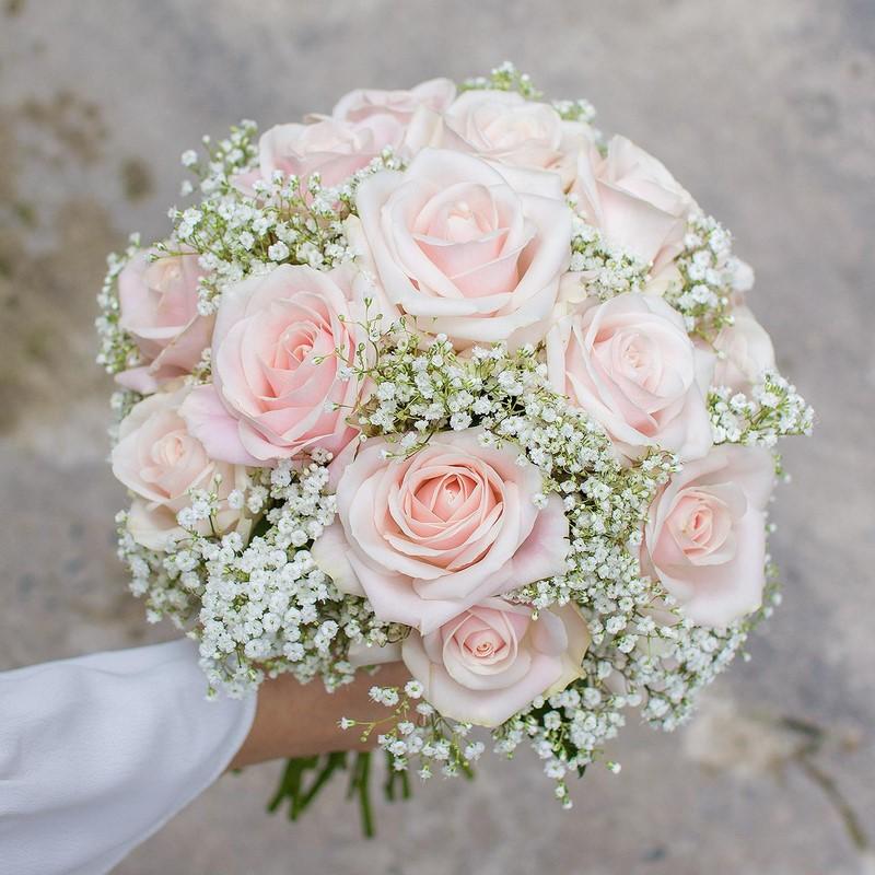 bó hoa hồng cưới cầm tay màu hồng nhạt