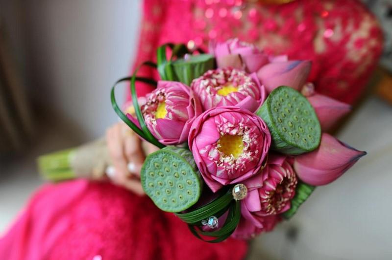 bó hoa sen cưới cầm tay đẹp