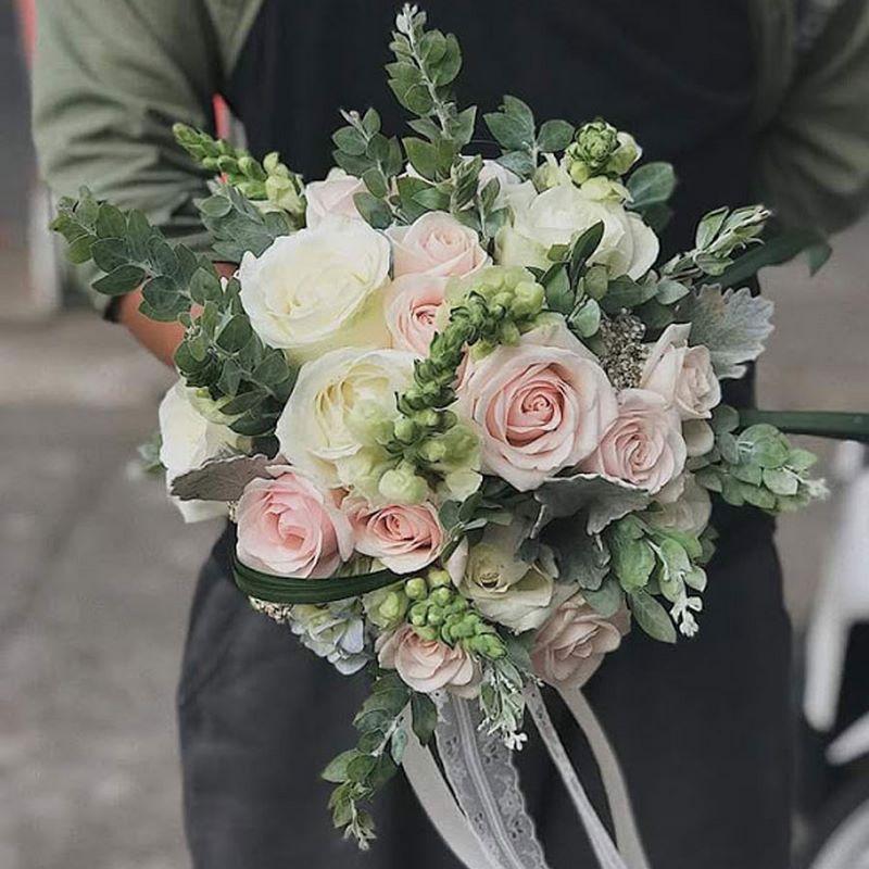 Bó hoa cưới mix hoa hồng trắng và hồng phấn