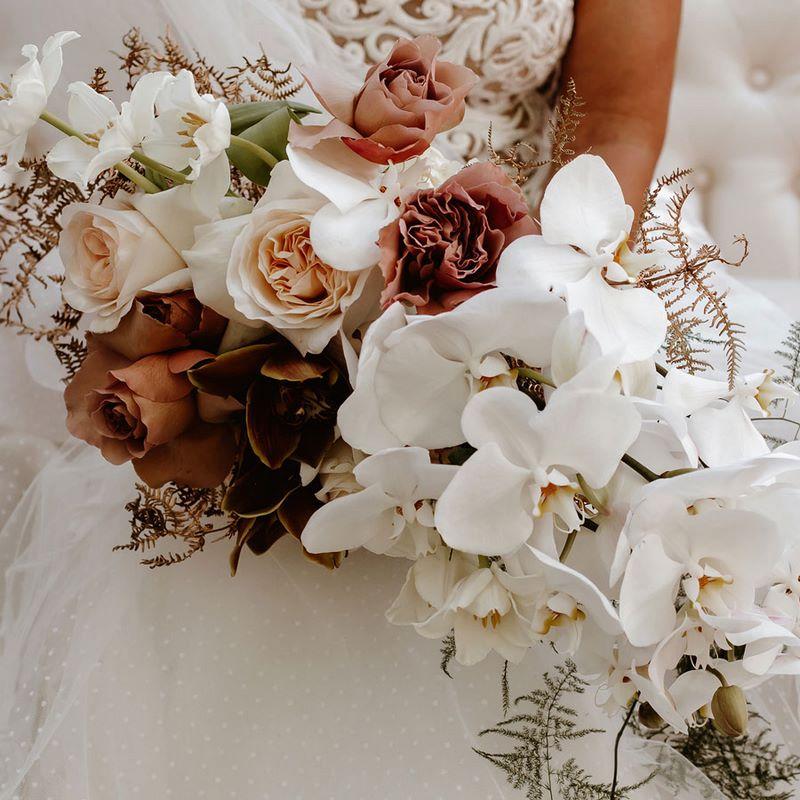 bó hoa cưới phối hoa hồng trắng nâu và hoa lan trắng
