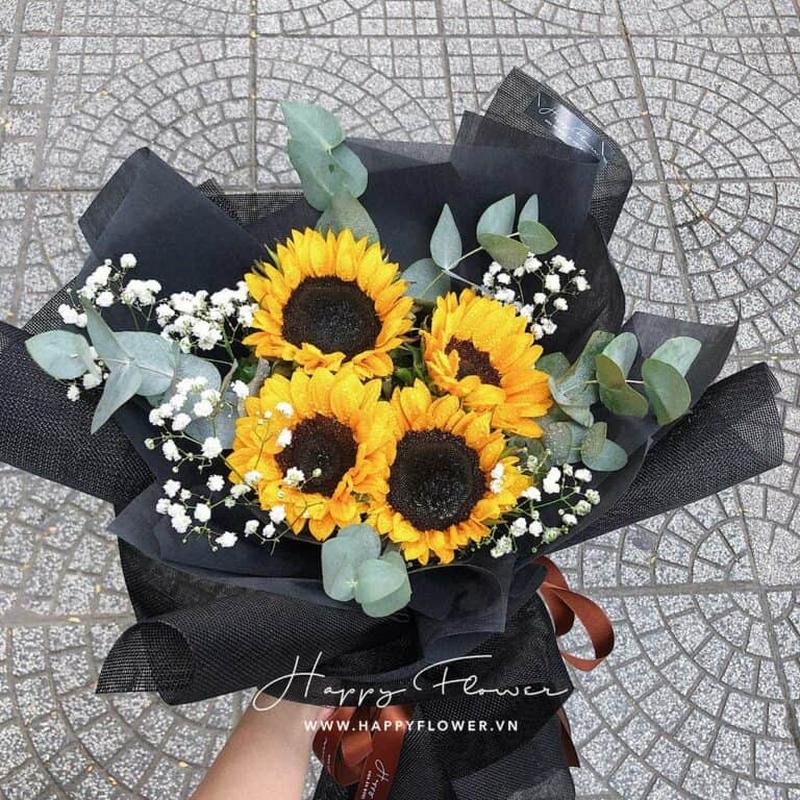 bó hoa hướng dương 4 bông màu vàng trong giấy gói đen