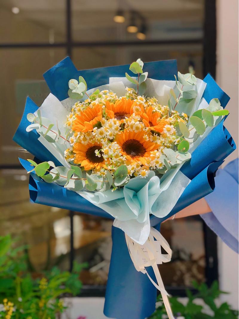 bó hoa hướng dương 5 bông trong giấy gói màu xanh
