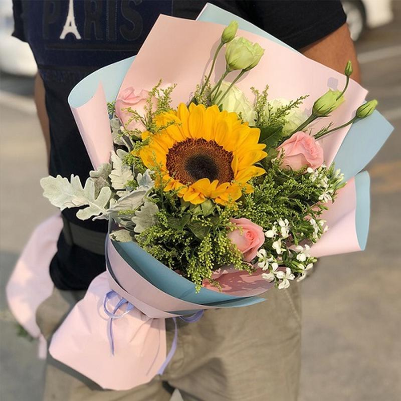 Bó hoa hướng dương 1 bông phối hoa hồng trong giấy gói hồng xanh