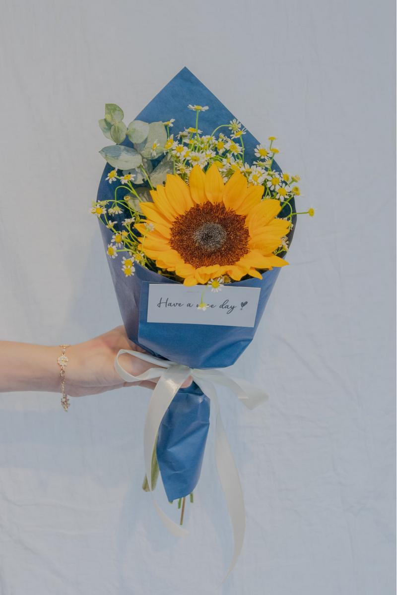 bó hoa hướng dương 1 bông trong giấy gói màu xanh dương