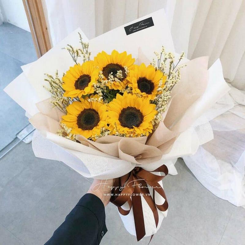 bó hoa hướng dương 5 bông màu vàng trong giấy gói trắng