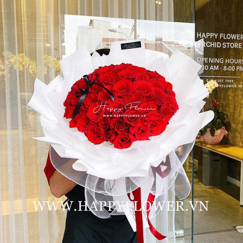 bó hoa hồng đỏ rực rỡ giấy gói màu trắng