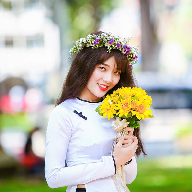 Nữ sinh chụp kỷ yếu cùng bó hoa hướng dương